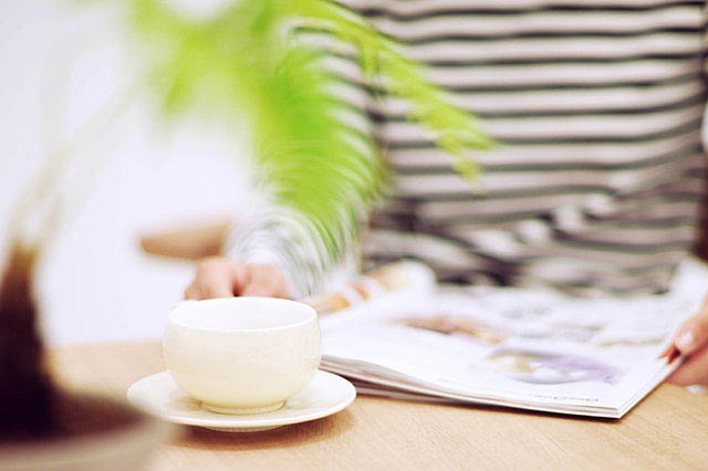コーヒーカップと本の写真